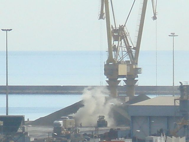 Nubes contaminantes de clínker en el Puerto de Alicante