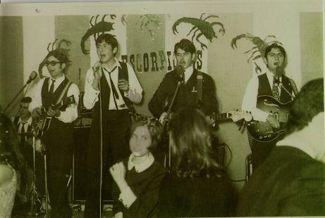 Los Escorpiones en una de sus actuaciones de los años '60