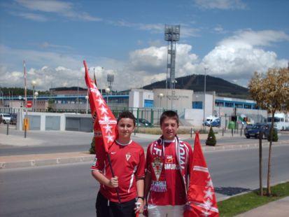 Ante el estadio.