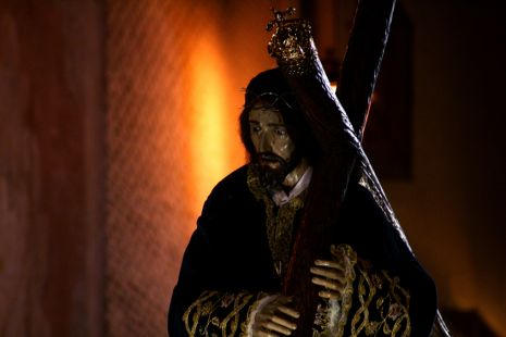 Jesus con la Cruz acuestas