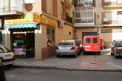 Patio peatonal Torres Quevedo 38 atestado de coches