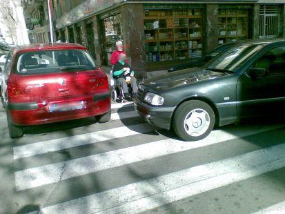 Coches mal aparcados en Elche (Alicante)