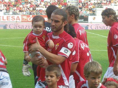 El peque�o murcianista Ismael con el capit�n Iv�n Alonso