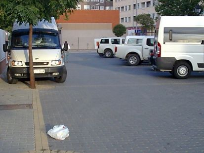 Coches en calle peatonal, Tarazona de la Mancha