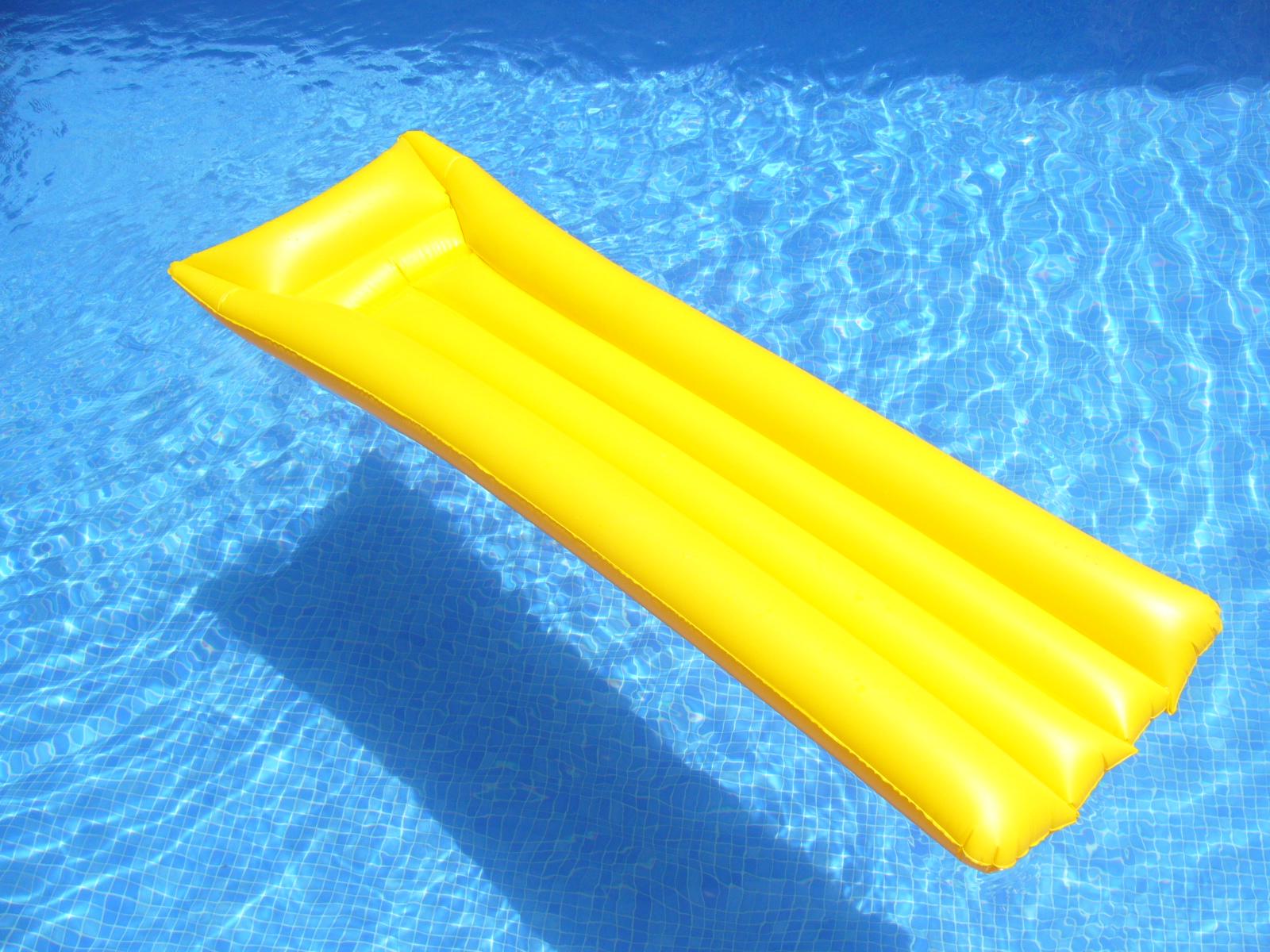 Colchoneta amarilla fotos de concurso 39 la foto del verano 2009 39 - Colchonetas para piscina ...