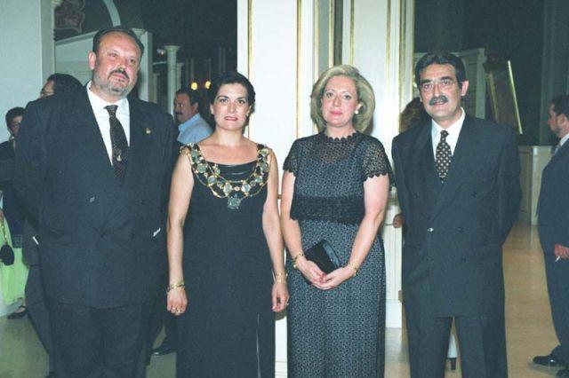 El alcalde de Orihuela y el presidente de la Asociación de Moros y Cristianos con las Armengolas de 1997 y 1998