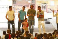 Jugadores del Elche en el colegio público Clara Campoamor