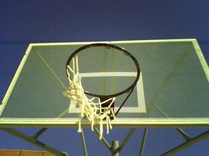 Canastas destrozadas en zona deportiva reci�n estrenada