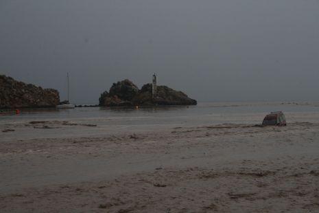 Coche varado. Playa de las Delicias.