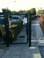 Puerta cerrada que impide el paso peatonal de escolares al Centro Escolar Vistarreal