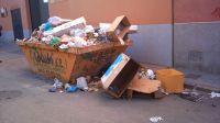 Contenedor abandonado lleno de basura