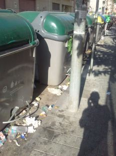 Falta limpieza en la calle La Gloria