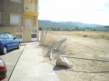 Valla rota y escombros en La Alberca