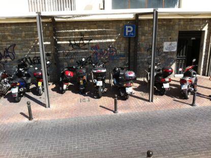 Zona habilitada para biciletas en la que no se puede aparcar porque siempre hay motos
