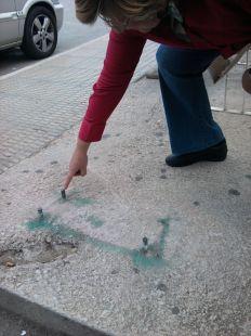 Pinchos peligrosos en la parada de autob�s de Los Jer�nimos (UCAM-2)