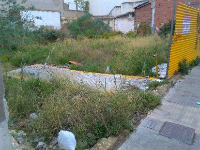 Solar abandonado por propietarios y administración pública
