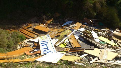 Escombros y basuras en la sierra del Picacho (San Jos� de la Vega)