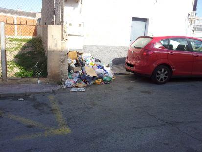 Mont�n de basura a 15 metros del contenedor