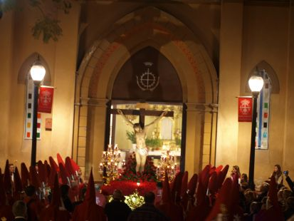 Sombra del paso sobre la iglesia