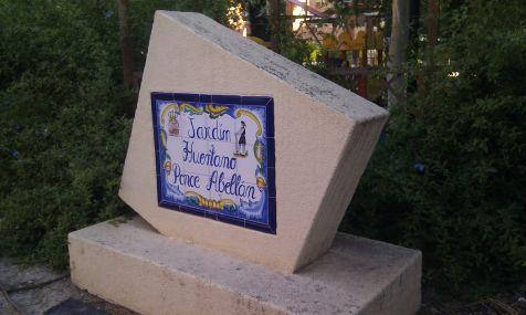 Mobiliario roto en el jard�n huertano Ponce Abell�n