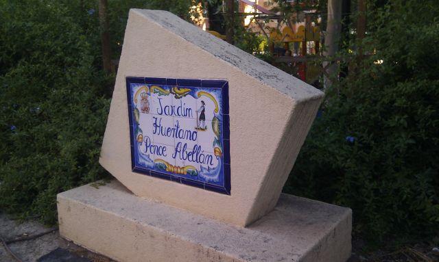 Mobiliario roto en el jardín huertano Ponce Abellán