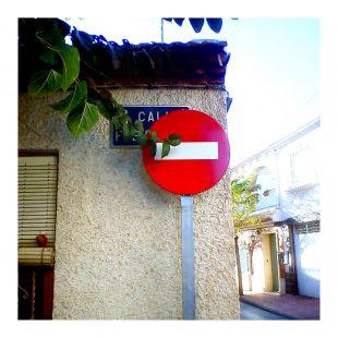 Se�al de trafico mal ubicada (tapa el nombre de la calle)
