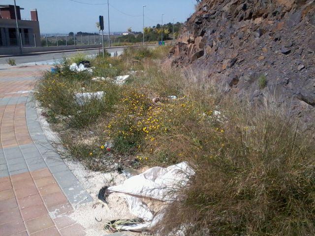 Cartones y escombros en El Esparragal