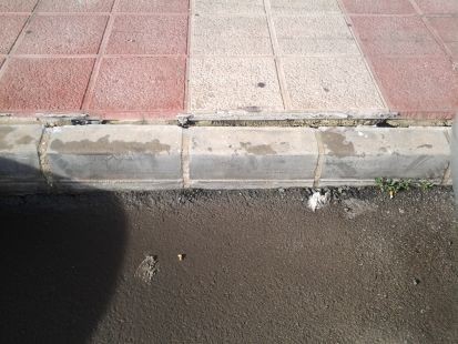 ACERA EN MAL ESTADO Y CALZADA CON SOCAVONES SIN SOLUCIONAR DEMASIADOS A�OS