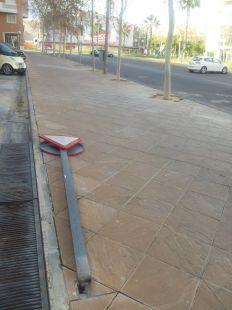 Se�al de tr�fico en el suelo en la calle Azarbe del Papel