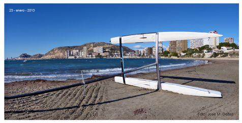Catamaran arrastrado en la playa de la Almadraba