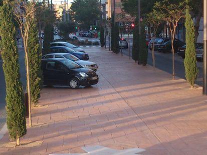 El boulevard de la calle Francisco de Borja solo sirve para ser invadido por coches