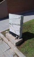 Estado lamentable de una caja de teléfono (El Puntal)