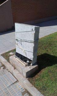 Estado lamentable de una caja de tel�fono (El Puntal)