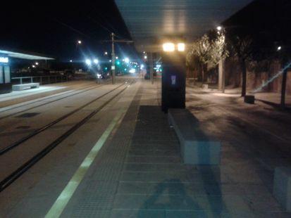A oscuras y a 1 metro de los coches y bicis